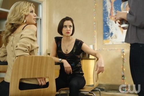90210: Jessica Stroup ed AnnaLynne McCord nell'episodio Winter Wonderland