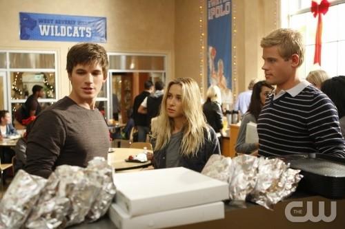 90210: Matt Lanter, Gillian Zinser e Trevor Donovan nell'episodio Winter Wonderland
