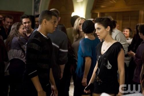 90210: Tristan Wilds e Jessica Stroup in un momento dell'episodio Rats and Heroes