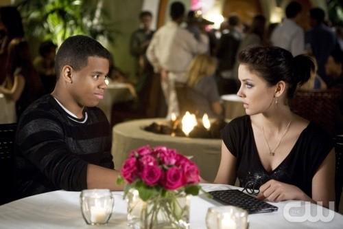 90210: Tristan Wilds e Jessica Stroup in una scena dell'episodio Rats and Heroes