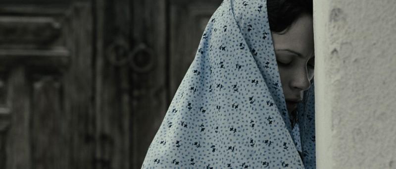 Pegah Ferydoni con il velo in una scena del film Donne senza uomini