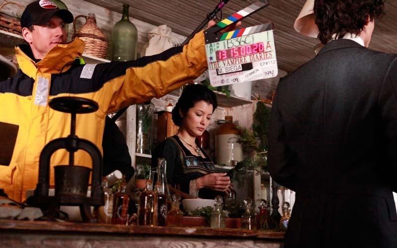 Ian Somerhalder (di spalle) e Kelly Hu durante il ciak di una scena dell'episodio Children of the Damned di Vampire Diaries