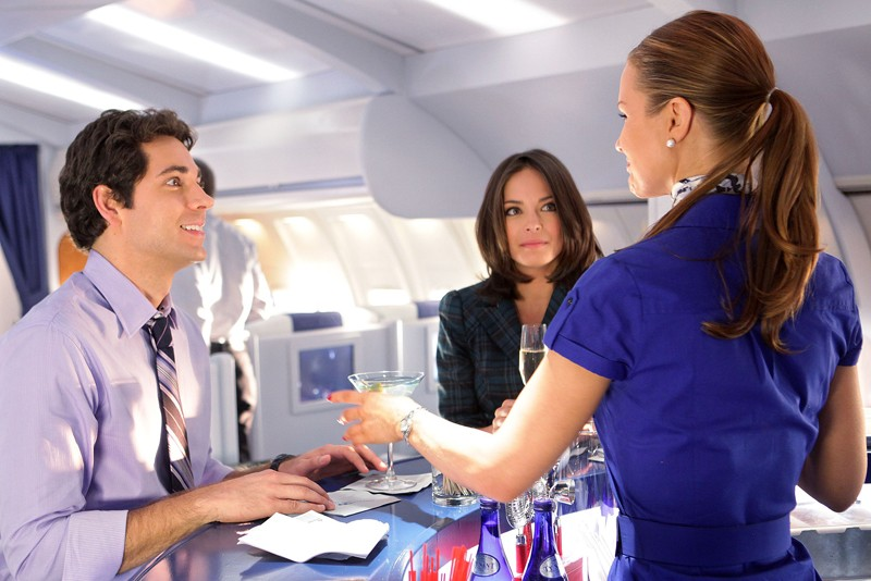 L'hostess (Josie Davis) serve da bere ad Hannah (Kristin Kreuk) e Chuck (Zachary Levi) in aereo nell'episodio Chuck Vs. First Class