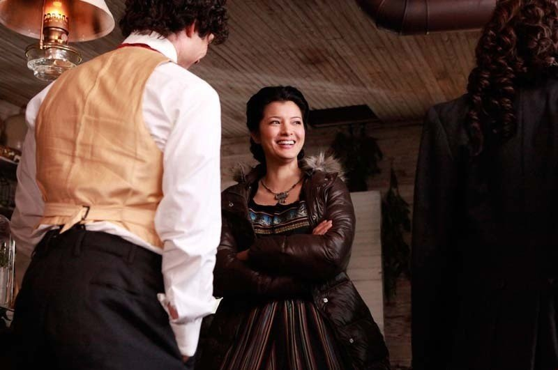 La sorridente Kelly Hu sul set dell'episodio Children of the Damned di Vampire Diaries