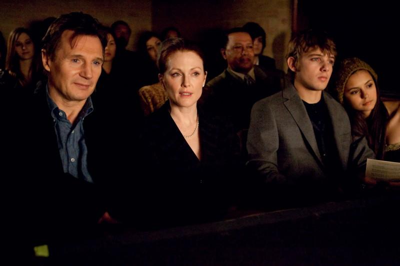 Liam Neeson, Julianne Moore e Max Thieriot nel film Chloe