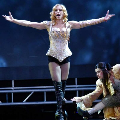 Madonna durante il suo Reinvention World Tour.