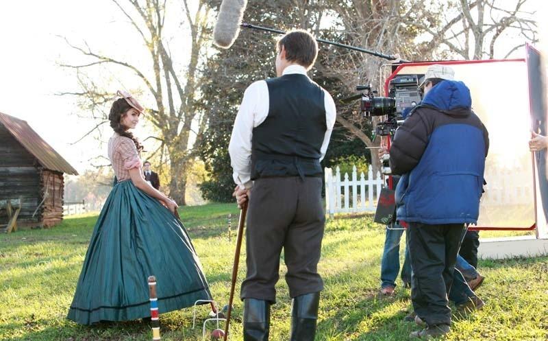 Nina Dobrev e James Remar (di spalle) durante le riprese di una scena dell'episodio Children of the Damned