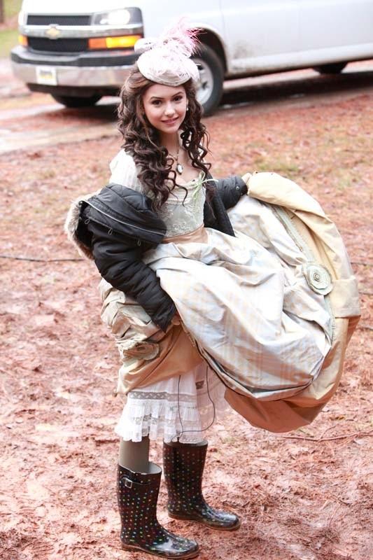 Nina Dobrev tiene lontano dal fango il suo abito tipico dell'800 sul set dell'episodio Children of the Damned di Vampire Diaries