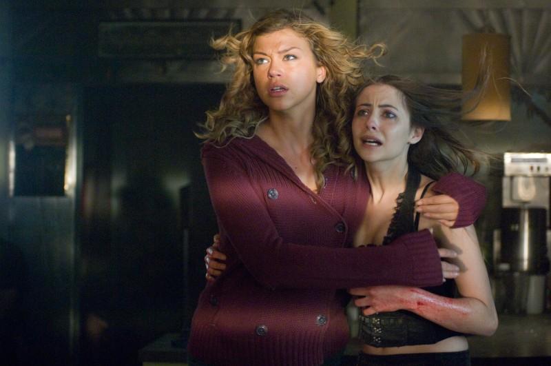 Willa Holland e Adrianne Palicki in una scena del film Legion