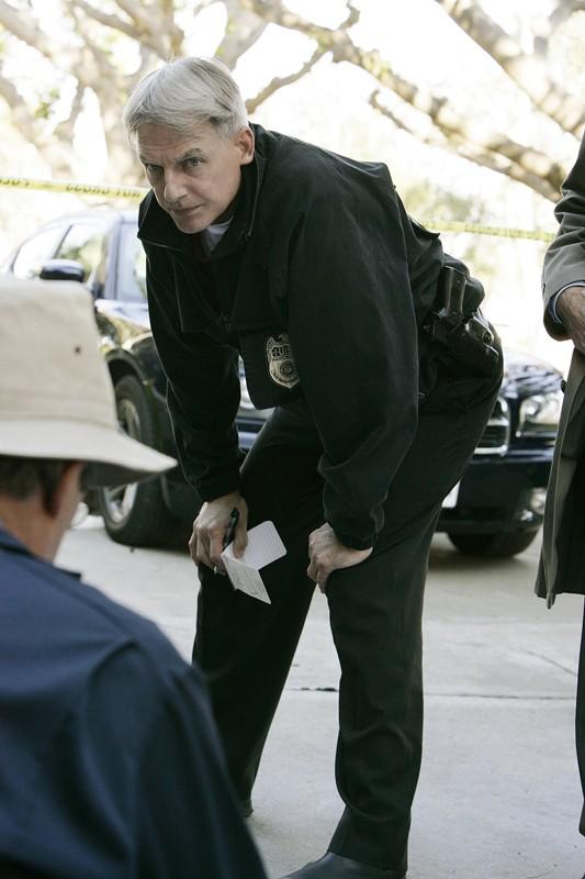 L'Agente Gibbs (Mark Harmon) sulla scena del crimine nell'episodio Mother's Day di Navy NCIS