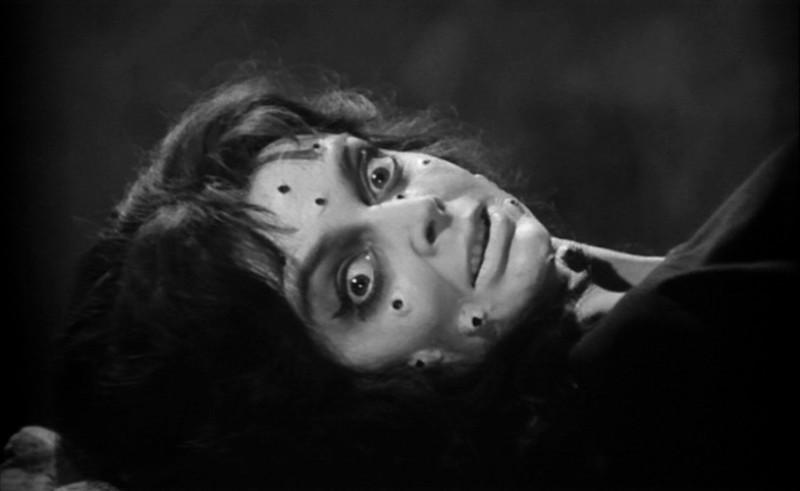 Barbara Steele in una scena horror del film La maschera del demonio