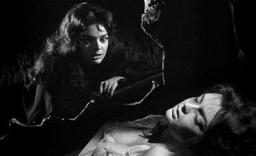 Barbara Steele in una sequenza del film La maschera del demonio