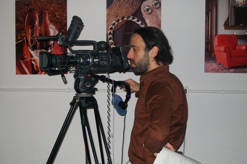Il regista Thomas Torelli sul set del documentario Sangue e cemento