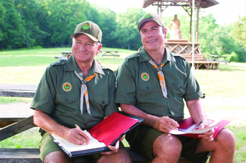 Robin Williams e John Travolta in versione scout nel film Daddy Sitter