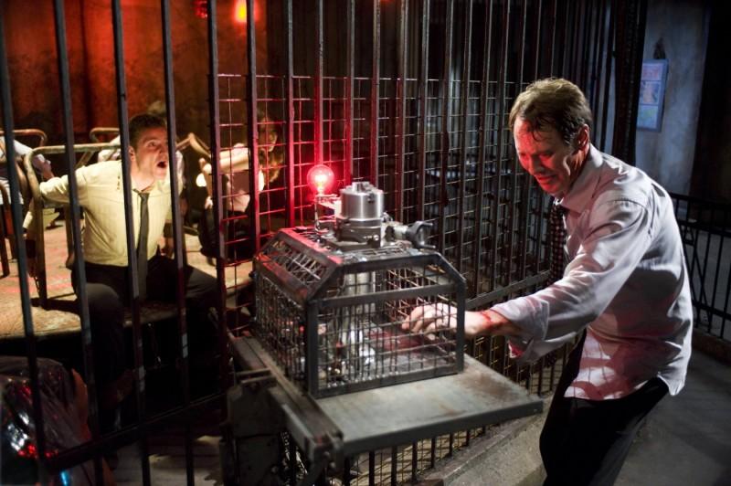 Peter Outerbridge scopre un nuovo malefico ordigno in Saw VI