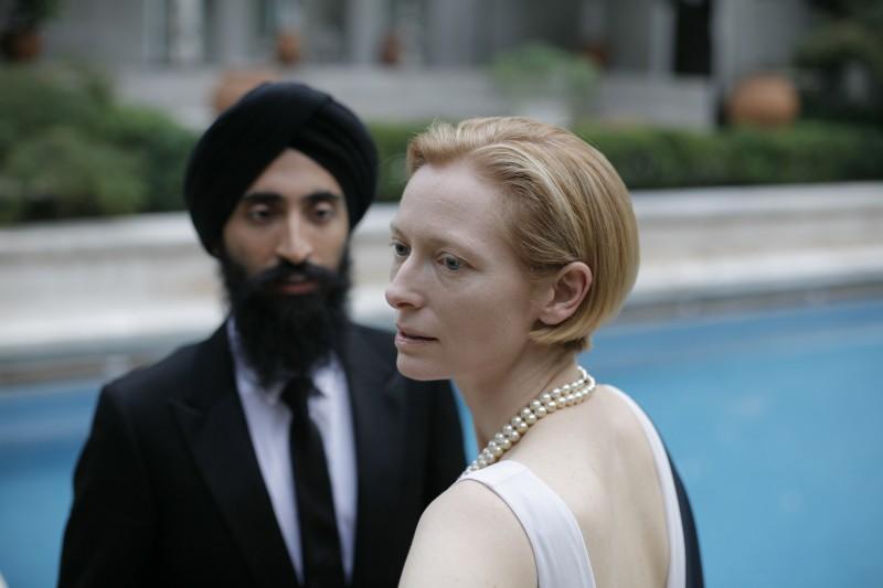 Tilda Swinton e Waris Aluwalia in una scena del film Io sono l'amore