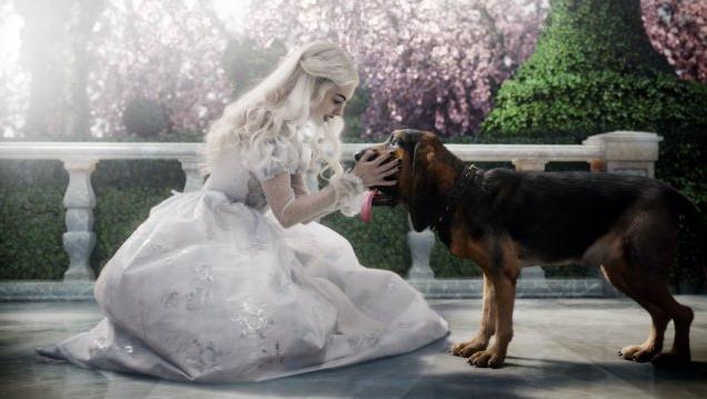 Anne Hathaway e il suo cucciolone in Alice in Wonderland di Tim Burton