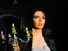 Barbara Steele in una scena dell'horror L'orribile segreto del dottor Hichcock (1962)