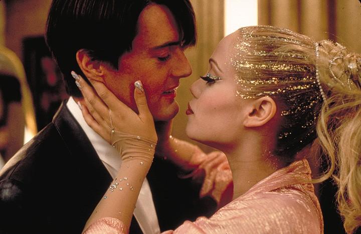 Elizabeth Berkley e Kyle Maclachlan in una scena del film Showgirls