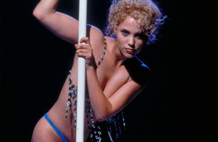 Elizabeth Berkley in una scena del film Showgirls