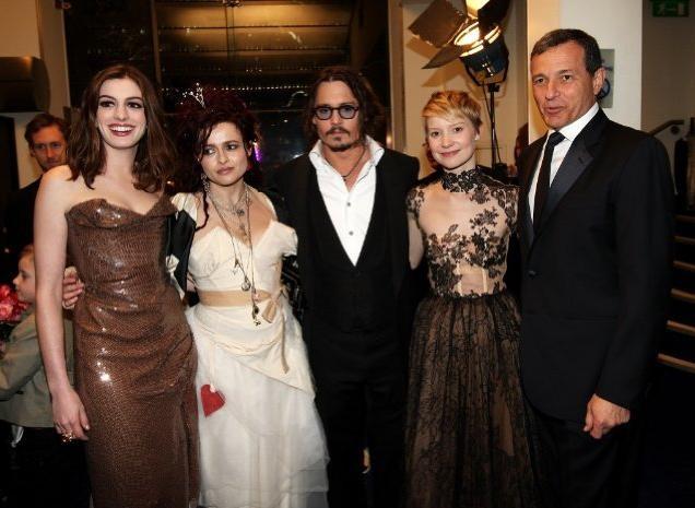 Helena Bonham Carter, Anne Hathaway, Johnny Depp, Mia Wasikowska e il presidente della Disney Robert A. Iger alla Royal World Premiere di Alice In Wonderland
