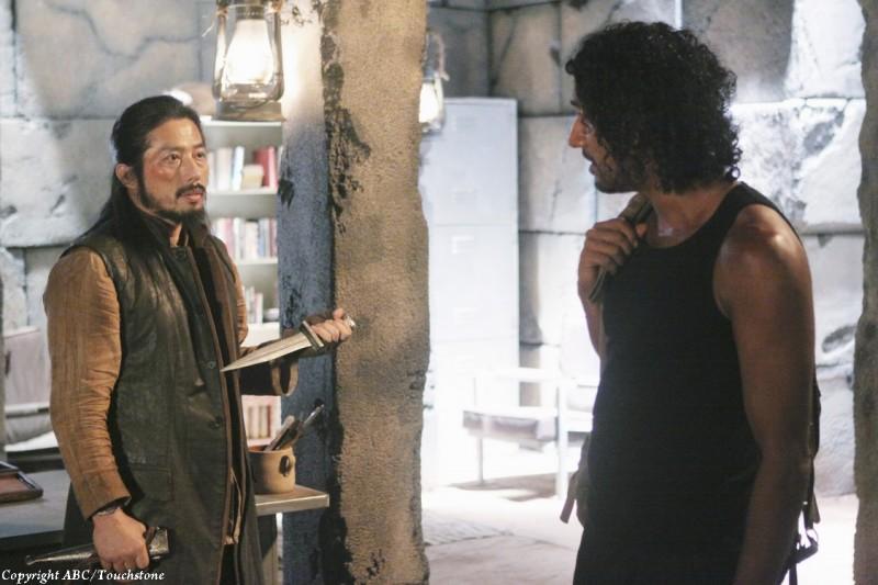 Hiroyuki Sanada e Naveen Andrews in una scena dell'episodio Sundown di Lost