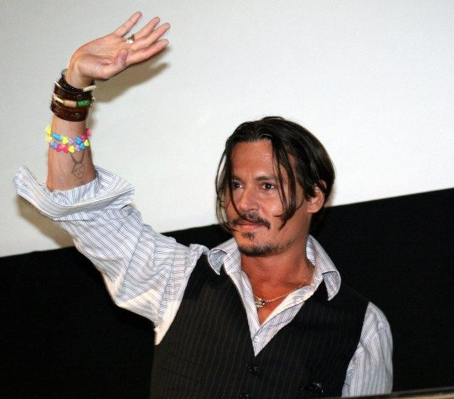 Johnny Depp saluta i fan alla presentazione di Alice in Wonderland al Comic-Con (San Diego)
