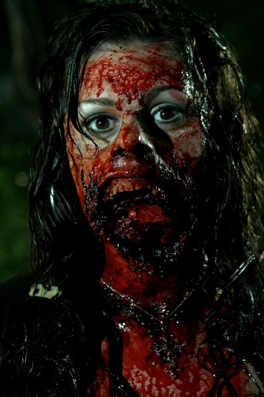 Joleigh Fioravanti in un'immagine cruenta dell'horror Hatchet