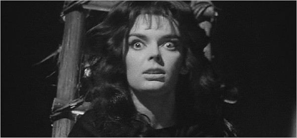 L\'attrice Barbara Steele in una scena del film La maschera del demonio