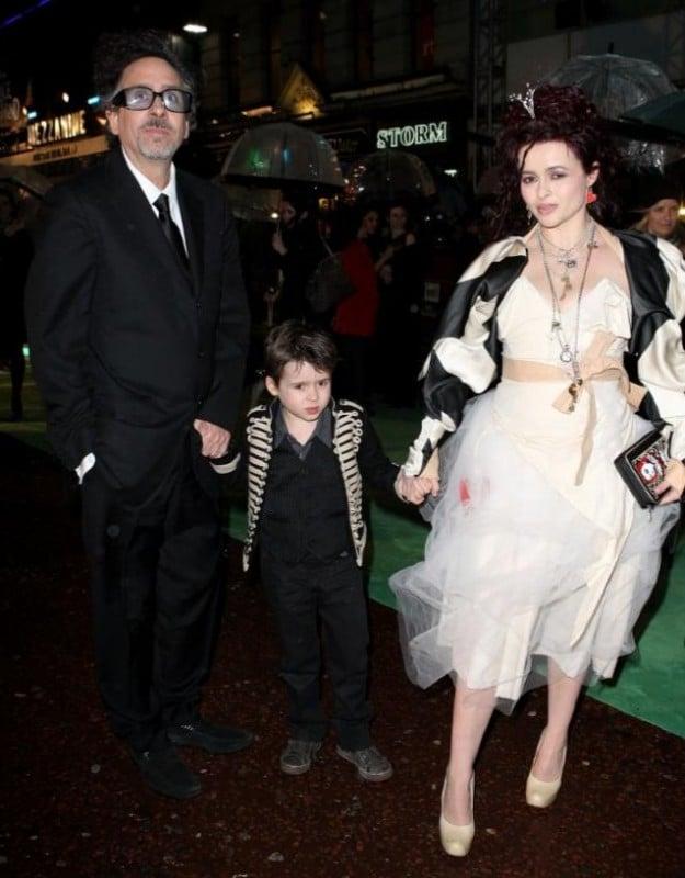 La famiglia Burton (Helena Bonham Carter, Tim Burton e il piccolo Billy Ray) alla Royal World Premiere di Alice In Wonderland
