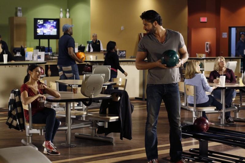Lisa Goldstein e Joe Manganiello al bowling in una scena dell'episodio At The Bottom Of Everything di One Tree Hill