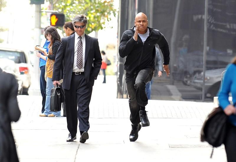 LL Cool J in in corsa durante una sequenza dell'episodio The Bank Job di NCIS: Los Angeles