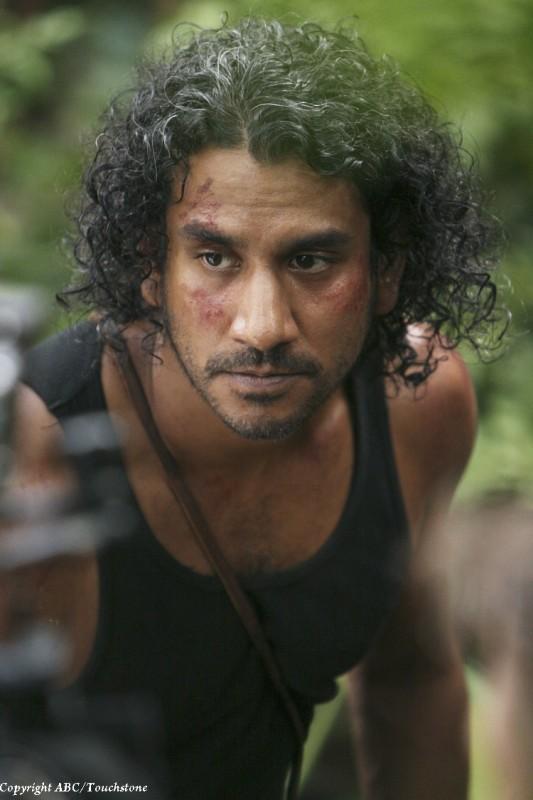 Naveen Andrews in una scena dell'episodio Sundown di Lost