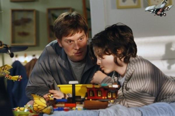 Peter Krause e Max Burkholder in una scena del pilot di Parenthood