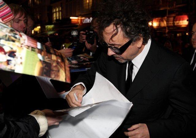 Tim Burton si concede ai suoi fan alla Royal World Premiere di Alice In Wonderland a Londra