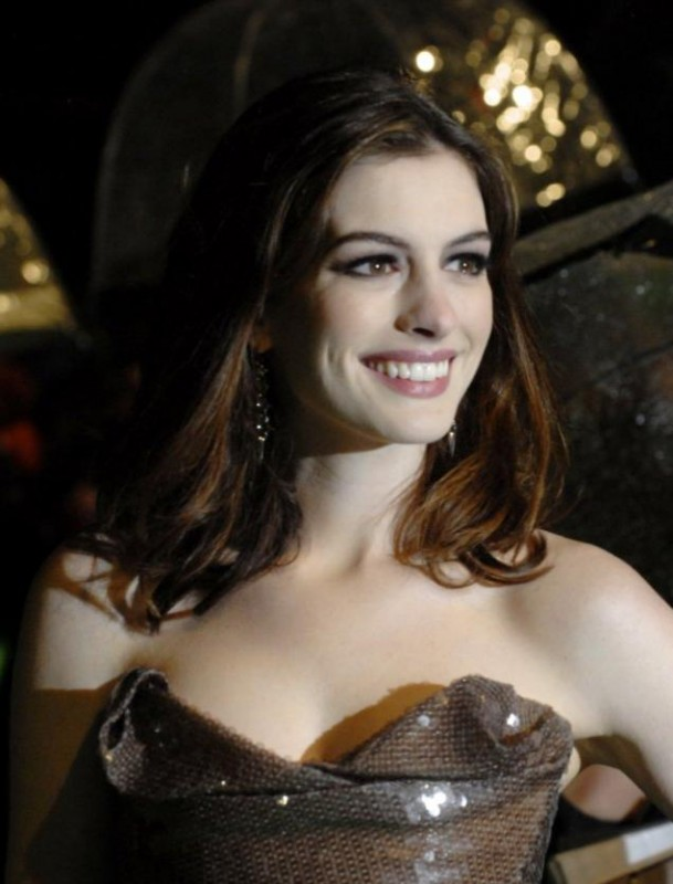 Una sorridente Anne Hathaway alla Royal World Premiere di Alice In Wonderland a Londra