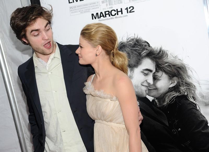 Emilie de Ravin e Robert Pattinson con una buffa espressione alla premiere newyorkese del film Remember Me, Marzo 2010