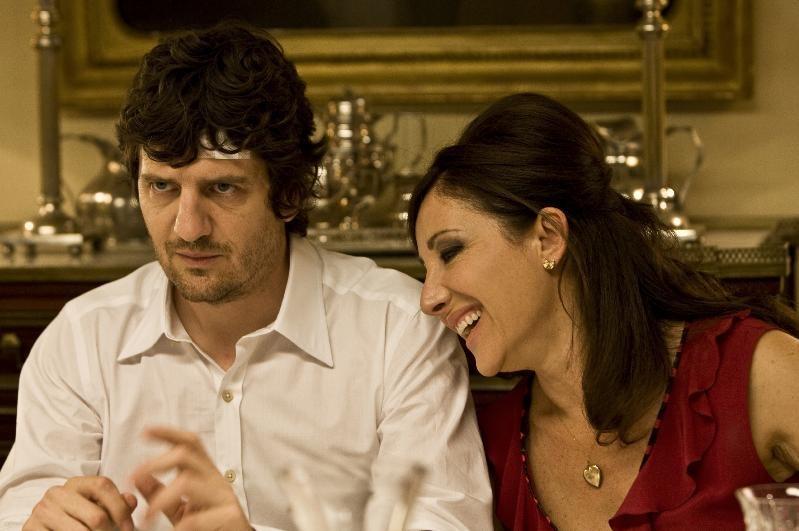 Fabio De Luigi e Carla Signoris in un'immagine del film Happy Family