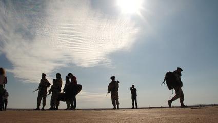 I militari italiani si raggruppano in Iraq nel film Venti sigarette