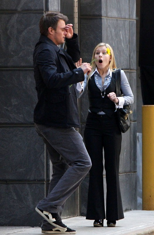 Josh Duhamel e Kristen Bell durante le riprese di una scena del film When in Rome