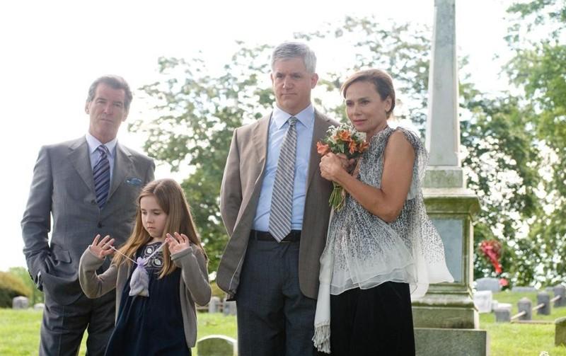 Pierce Brosnan, Ruby Jerins, Gregory Jbara e Lena Olin al cimitero nel film Remember Me