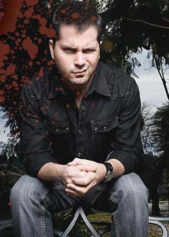 Adam Green in una foto promozionale del suo film Hatchet