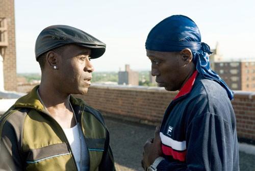 Don Cheadle e Wesley Snipes in una scena del poliziesco Brooklyn's Finest