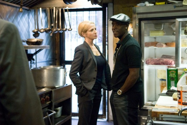 Don Cheadle ed Ellen Barkin in un'immagine del poliziesco Brooklyn's Finest