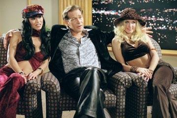 James Remar, Sung Hi Lee e Amanda Swisten in una scena di La ragazza della porta accanto
