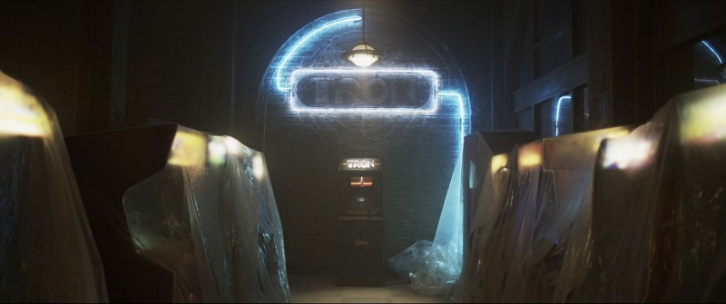 Live action tease image di Tron Legacy: un'immagine del marchio del videogame Tron oltre il quale si nasconde un pericoloso cyber universo
