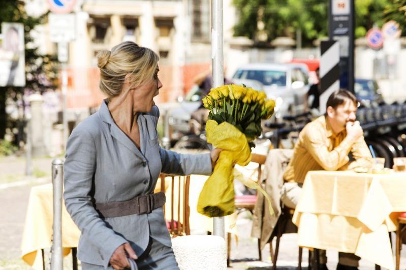 Margherita Buy solare ma impacciata in una scena della commedia Happy Family