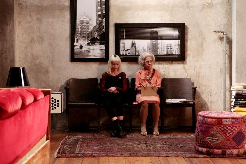 Marta (Alice Croci) e  la nonna (Corinna Agustoni) in una scena della commedia Happy Family