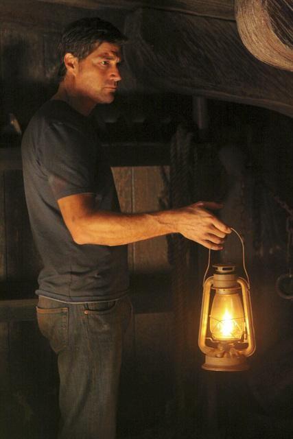 Matthew Fox in una scena dell'episodio Dr. Linus di Lost