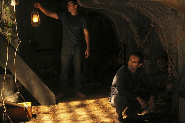 Nestor Carbonell e Matthew Fox in una scena dell'episodio Dr. Linus di Lost